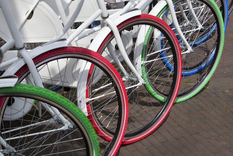 Witte fietsen met kleurrijke banden royalty-vrije stock foto's