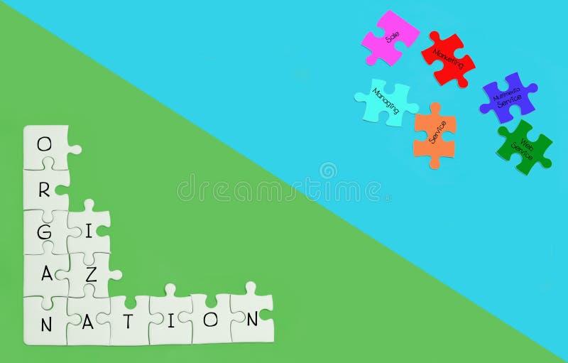Witte figuurzaag met woorden de organisatie op de groene achtergrond vector illustratie