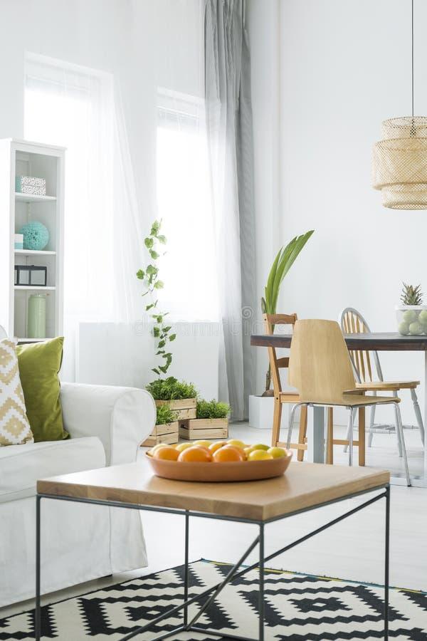 Witte flat met houten lijst royalty-vrije stock afbeeldingen