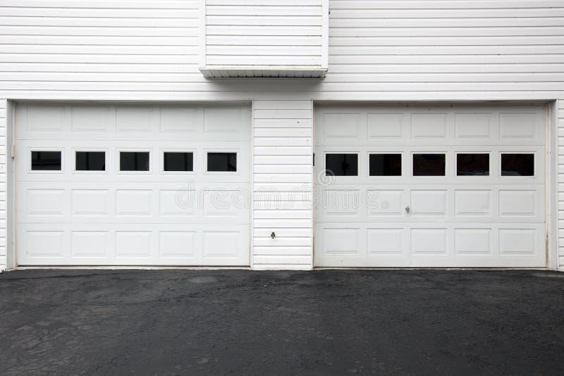 Witte garagedeuren royalty-vrije stock afbeelding