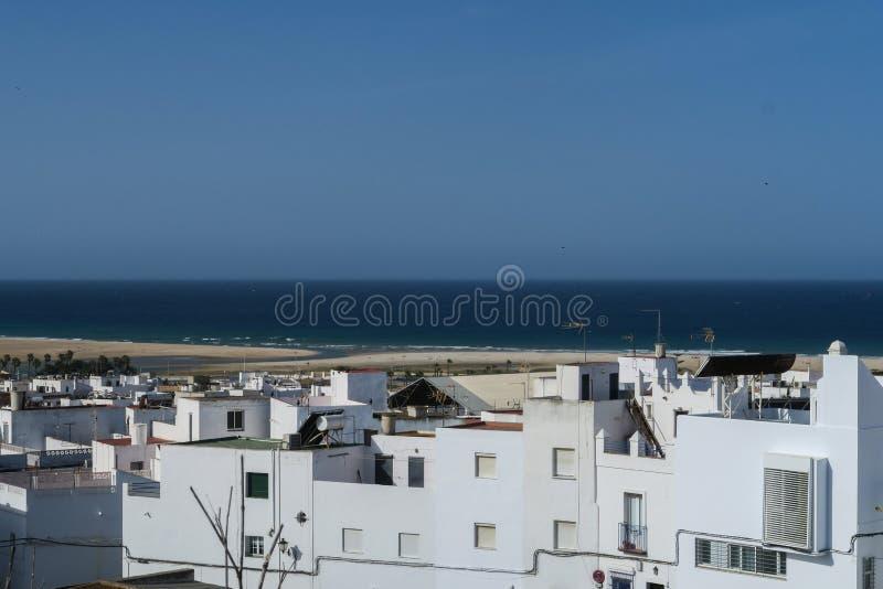 Witte gebouwen van de oude stad van La frontera, zuidelijke Spaanse stad van Conil DE royalty-vrije stock afbeeldingen