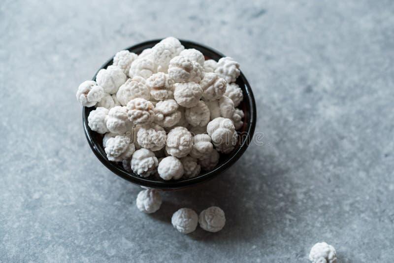 Witte Geroosterde Kekers met Suiker in Kleine Kom stock afbeelding