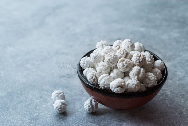 Witte Geroosterde Kekers met Suiker in Kleine Kom royalty-vrije stock foto's