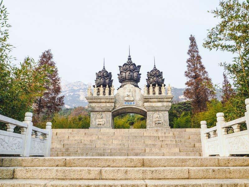 Witte gesneden boeddhistische overwelfde galerij bij het toneelgebied van Yanku royalty-vrije stock afbeelding