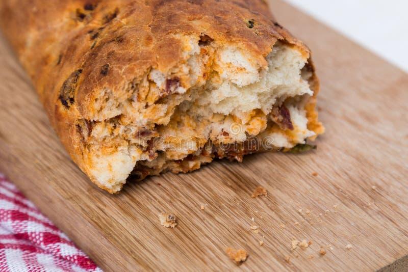 Witte gesneden eigengemaakte baguette met droge tomaten royalty-vrije stock afbeelding
