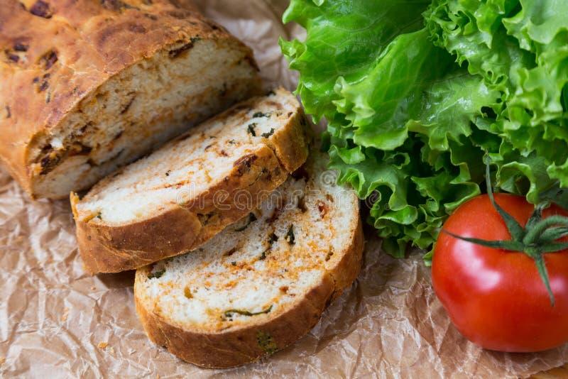 Witte gesneden eigengemaakte baguette met droge tomaten royalty-vrije stock fotografie