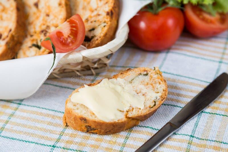 Witte gesneden eigengemaakte baguette met droge tomaten stock fotografie
