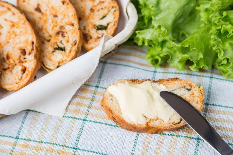 Witte gesneden eigengemaakte baguette met droge tomaten stock afbeelding