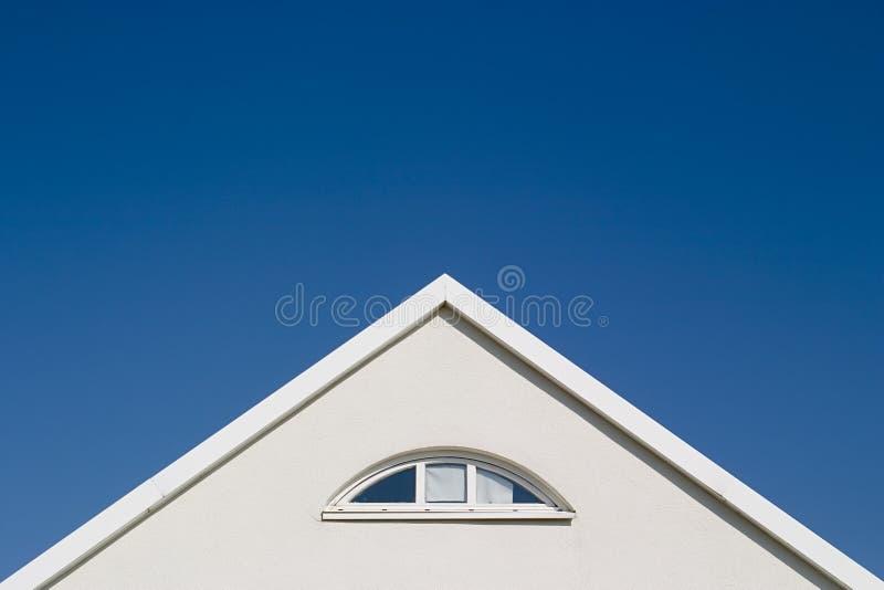 Witte geveltop - blauwe hemel royalty-vrije stock foto
