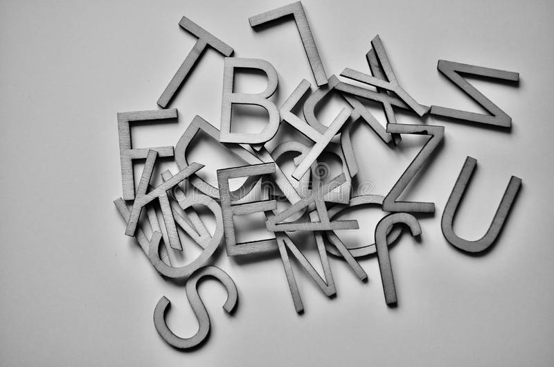 Witte geweven gekleurde brieven als achtergrond stock fotografie