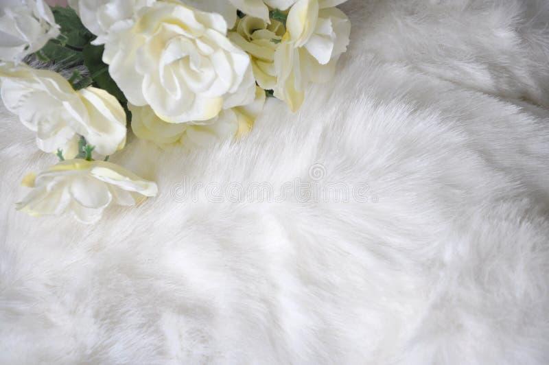 Witte Gezwollen Stoffentextuur met Kunstbloem royalty-vrije stock foto's