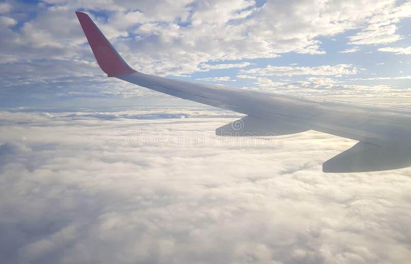 Witte gezwollen Wolken en blauwe hemel, mening van een vliegtuigvenster royalty-vrije stock foto