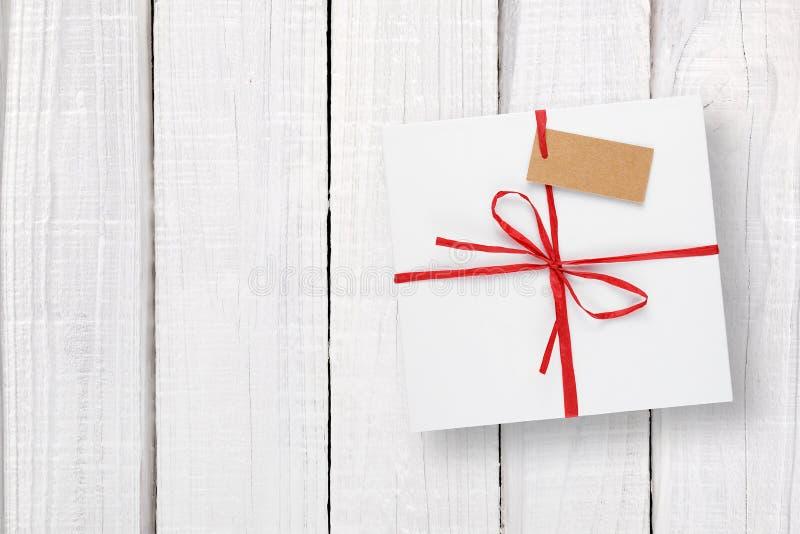 Witte giftdoos met markering op wit hout royalty-vrije stock fotografie