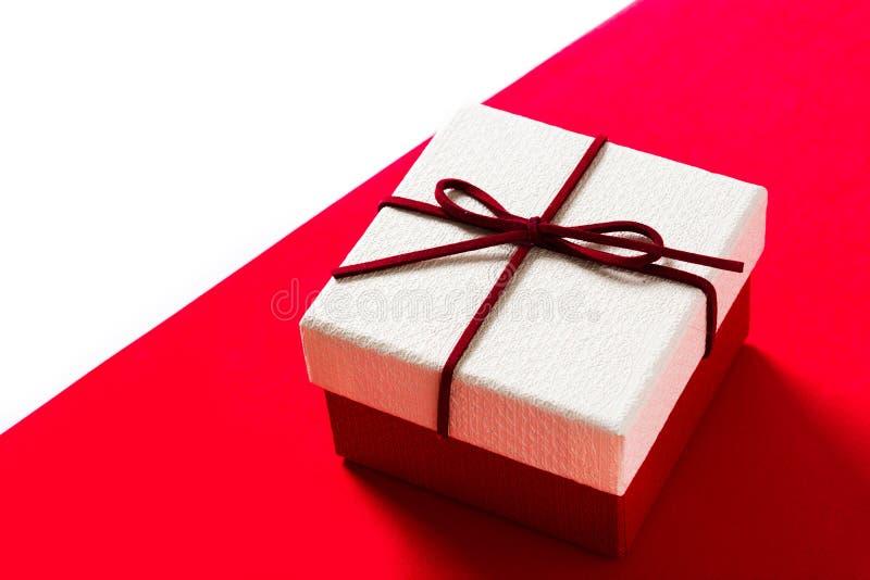 Witte giftdoos op rode en witte achtergrond royalty-vrije stock afbeeldingen