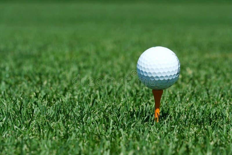 Witte golfbal op een oranje T-stuk royalty-vrije stock foto's