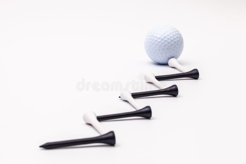 Witte golfballen en houten T-stukken stock afbeeldingen