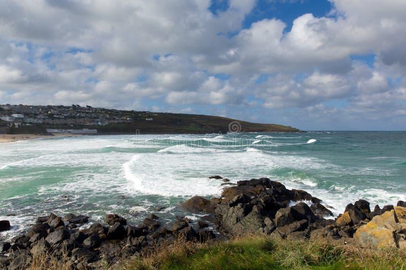 Witte golven die binnen in Porthmeor St Ives Cornwall England verpletteren stock afbeeldingen