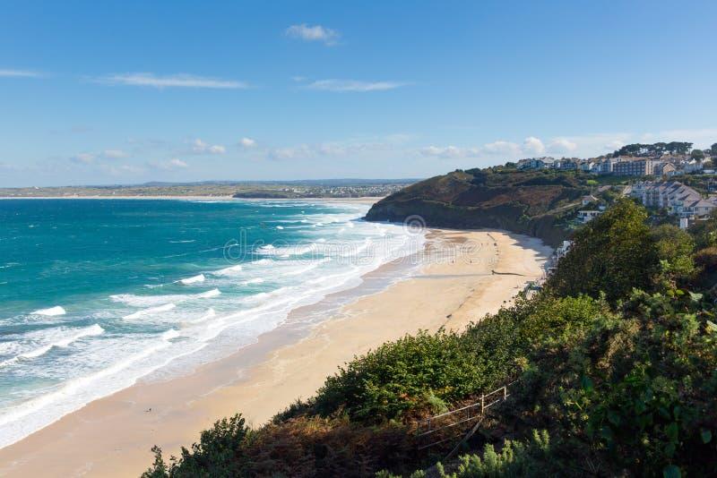 Witte golven en de blauwe overzeese Baai van Carbis dichtbij St Ives Cornwall England met zandig strand royalty-vrije stock foto's