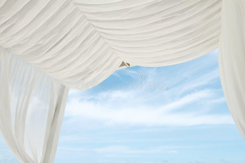 Witte gordijn en hemel royalty-vrije stock afbeeldingen
