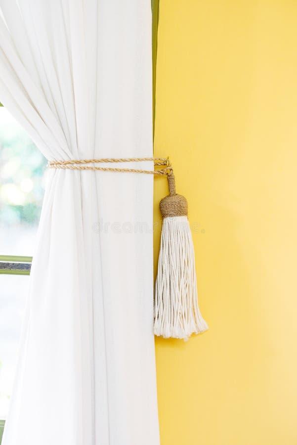 Witte gordijn van het band-rug eenvoudige de stijl binnen gele muur huisdecor stock foto