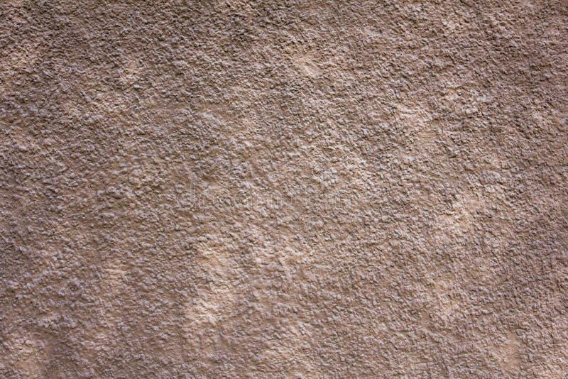 Witte grijze concrete muur met diepe hulp en schaduwen Ruwe Oppervlaktetextuur royalty-vrije stock afbeeldingen