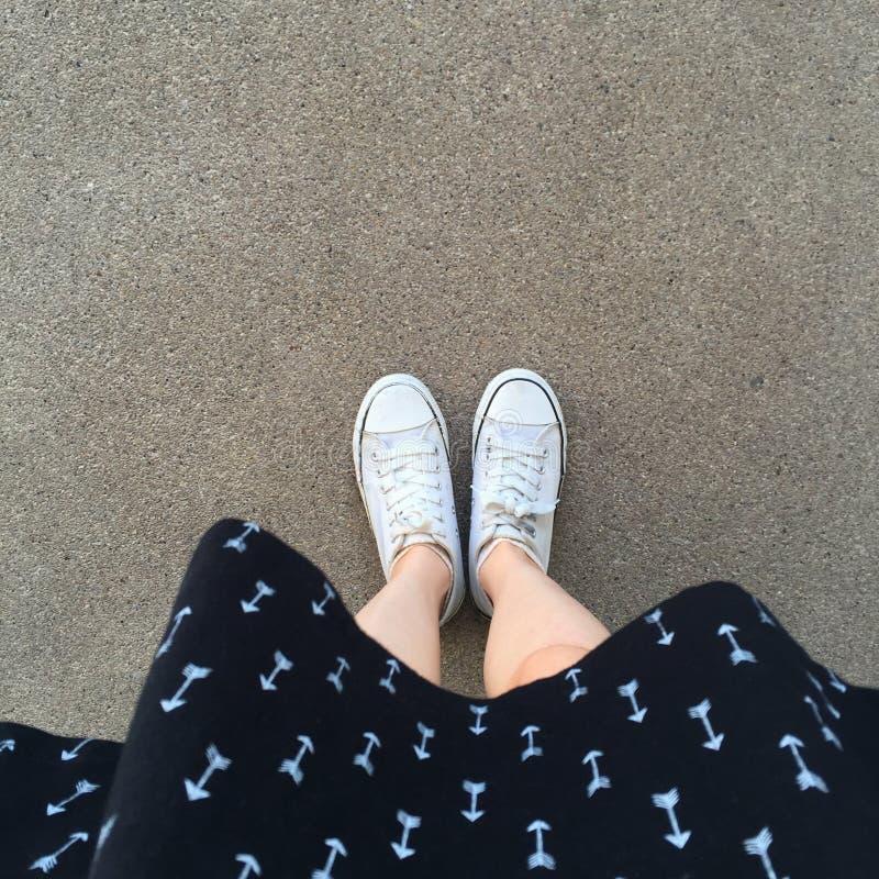 Witte gumshoes van vrouwen Witte Kleding Warme seizoenstijl voor vrouwen Praktische stoffenschoenen royalty-vrije stock foto