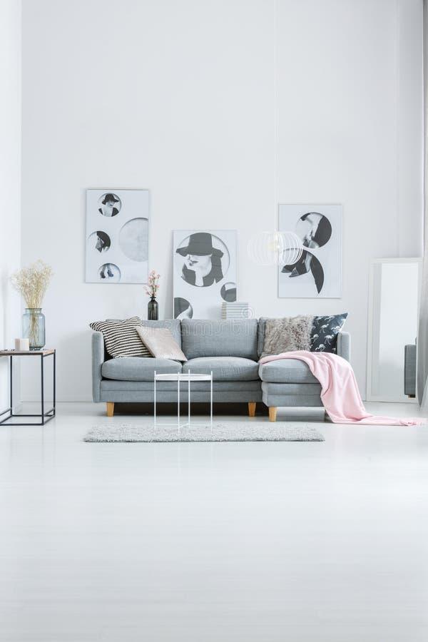 Witte hal met manieraffiches stock afbeeldingen