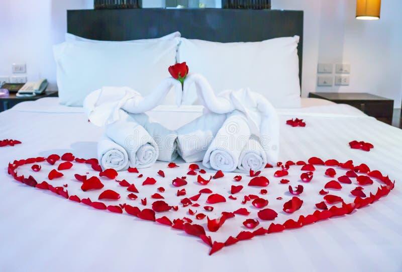 Witte handdoek in olifantsvorm op wit bed royalty-vrije stock afbeeldingen