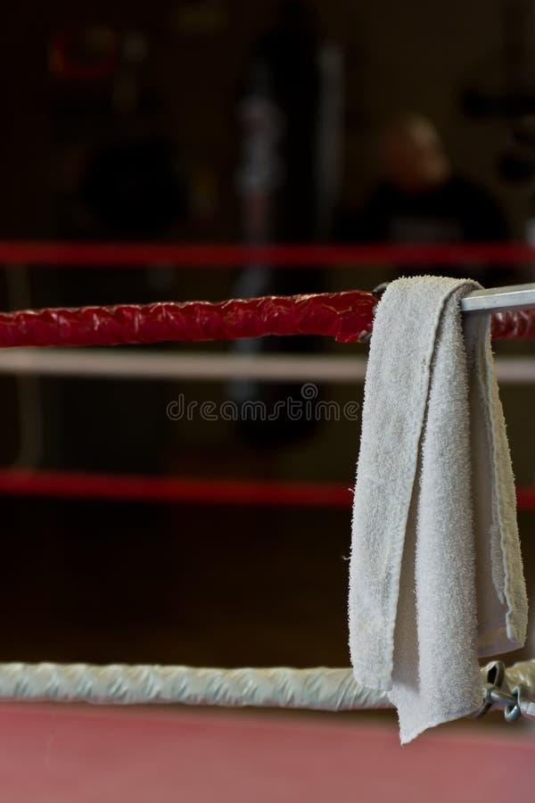 Witte handdoek op de boksring stock foto