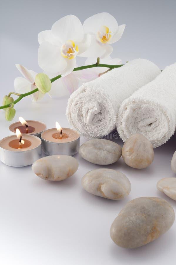 Witte handdoeken en kaarsen stock afbeelding