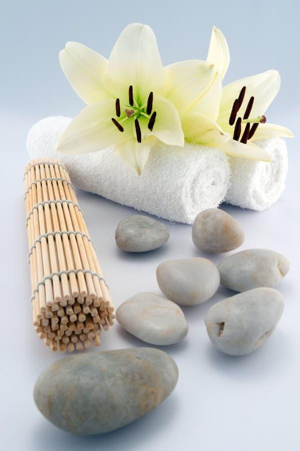 Witte handdoeken en stenen stock afbeeldingen
