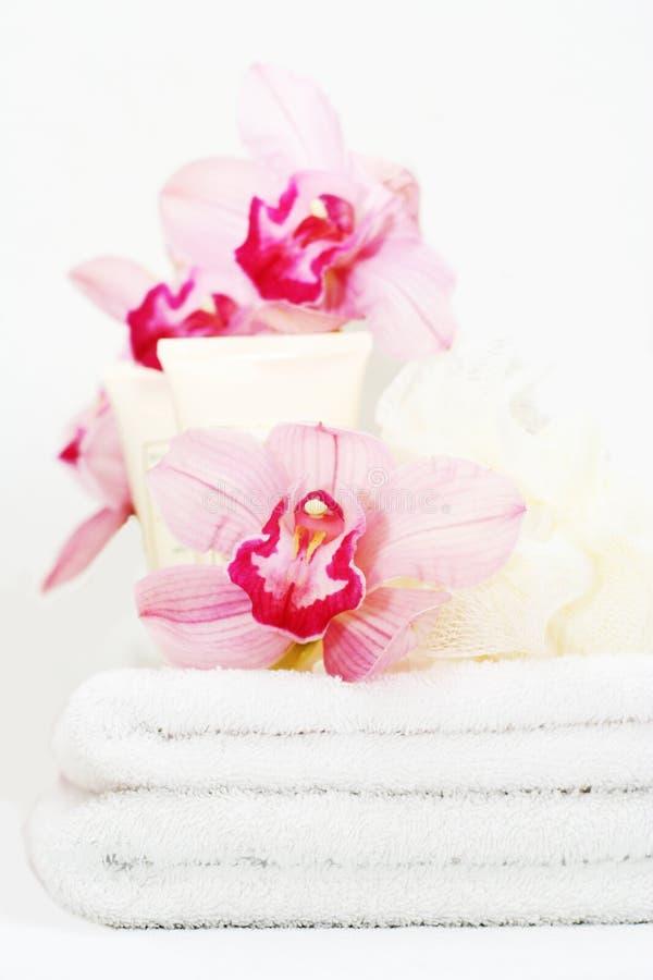 Witte handdoeken met orchideeën royalty-vrije stock foto