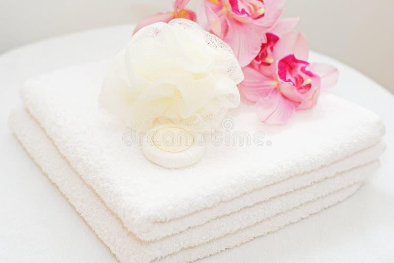 Witte handdoeken met orchideeën royalty-vrije stock afbeelding