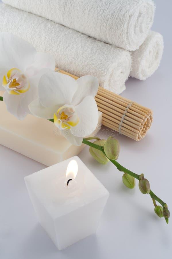 Witte handdoeken, orchidee en kaars stock afbeeldingen