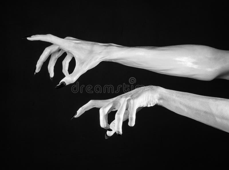 Witte handen van dood met zwarte spijkers, witte dood, de handen van de duivel, de handen van een demon, witte huid, Halloween-th stock foto's