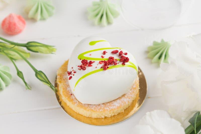 Witte hart gevormde moussecakes met witte glans stock afbeelding