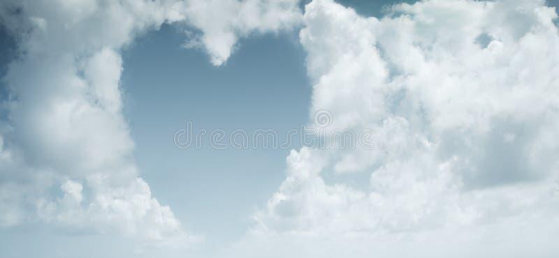 Witte hart-vormige wolken op een blauwe hemel stock foto