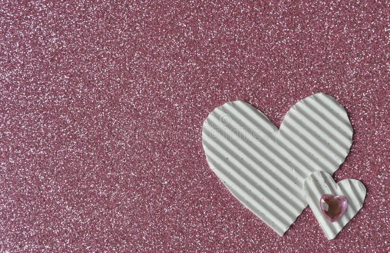 Witte harten op roze achtergrond stock afbeeldingen