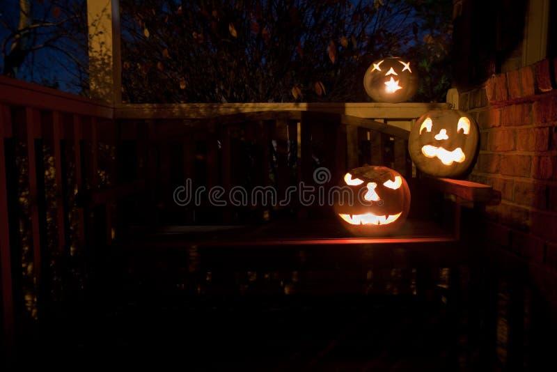 Witte hefboom o'lanterns op een bank bij nacht stock foto's