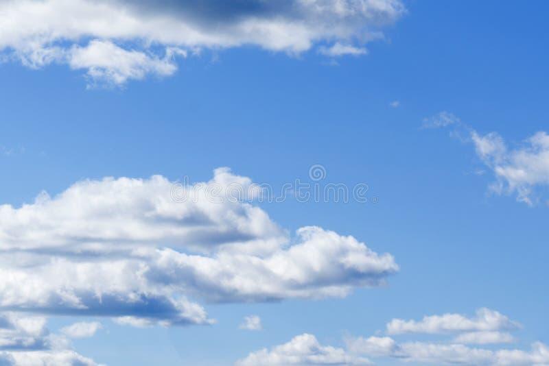 Witte Hemel en Gezwollen Wolken royalty-vrije stock afbeeldingen