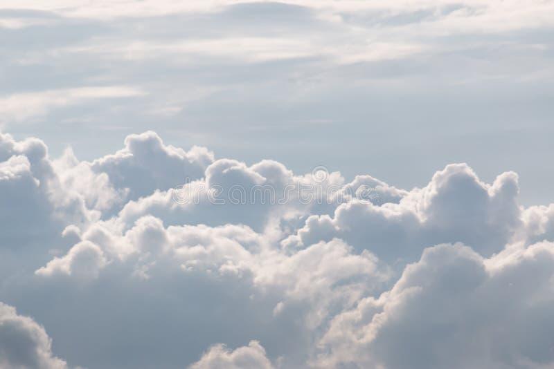 Witte Hemel en Gezwollen Wolken stock foto's