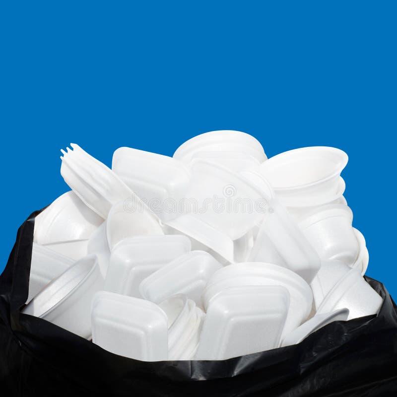 Witte het dienblad van het het schuimvoedsel van het afvalhuisvuil velen stapelt zich op de plastic zwarte vuile zak op geïsoleer royalty-vrije stock fotografie