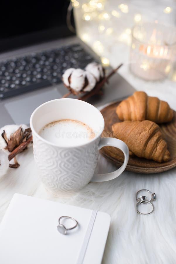 Witte het werkplaats van damebloggers met bedrijfsdetails, mede laptop, stock foto