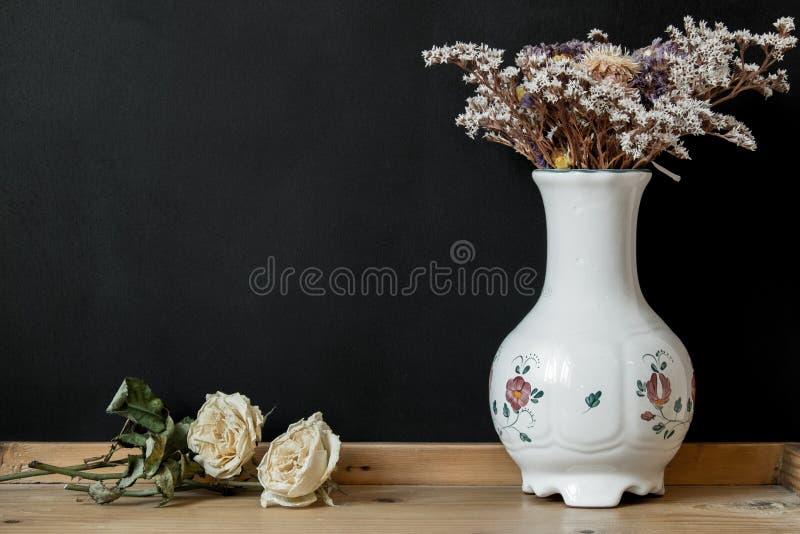 Witte Hongaarse Herend-porseleinvaas met droge bloemen royalty-vrije stock afbeelding
