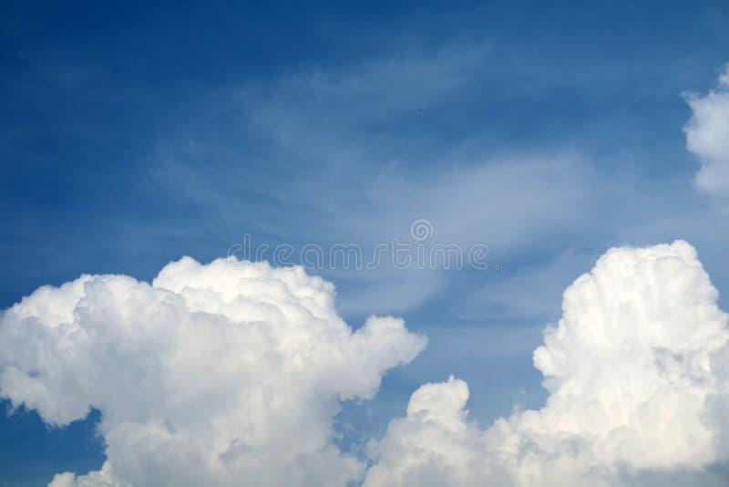 witte hoopwolk in tropische en blauwe hemel zachte wolk stock fotografie