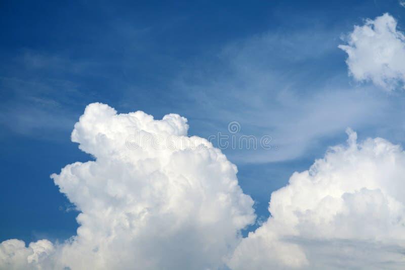 witte hoopwolk in tropische en blauwe hemel zachte wolk stock foto