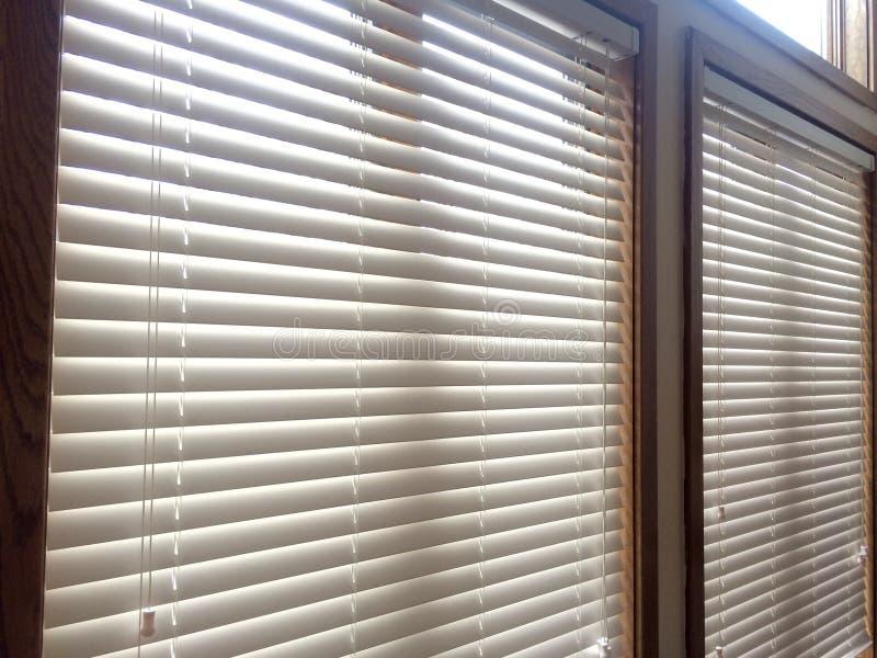 2 witte Houten vensterzonneblinden stock afbeelding