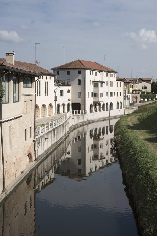 Witte huizen langs rivier Brenta, in Cittadella, Italië royalty-vrije stock fotografie