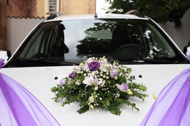 Witte huwelijksauto stock afbeelding
