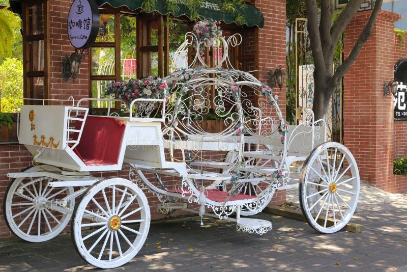 Witte huwelijksauto buiten de koffie stock afbeeldingen